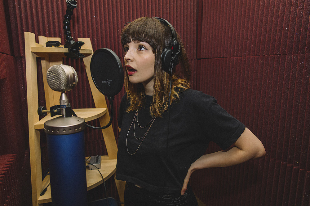 (Lauren Mayberry, solista trupei Chvrches, inregistrand in studio cu un microfon Blue Bottle)