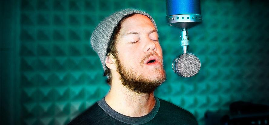 (Dan Reynolds, solistul trupei Imagine Dragons, inregistrand in studio cu un microfon Blue)